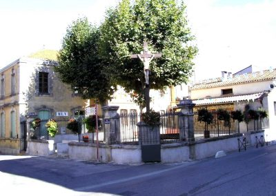Mairie-Vinassan-oliviers-croix